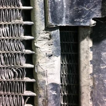 Следы удара на радиаторе кондиционера