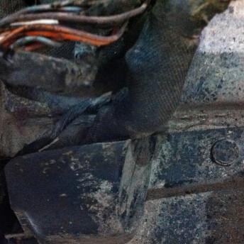 Жгут проводки перетирается пластиковой защитой вариатора, видны следы вмешательства