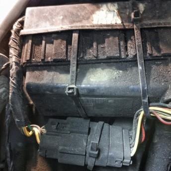 Блок реле Додж Калибр со сломанным крепежом закреплён пластиковыми хомутами, которые перетирают жгут проводки