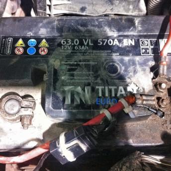 Нештатный аккумулятор (полярность не совпадает) с закреплённым хомутами дополнительным оборудованием