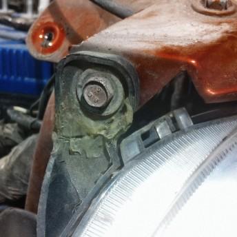 Следы ремонта на коленке крепления фары после ДТП