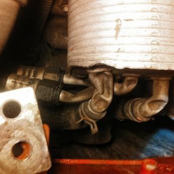 Загнутые трубки всех контуров маслоохладителя Додж Калибр привели к обрыву ремня вариатора