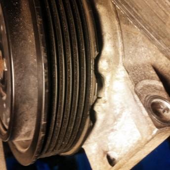 Сколы на шкиве компрессора кондиционера Додж Калибр