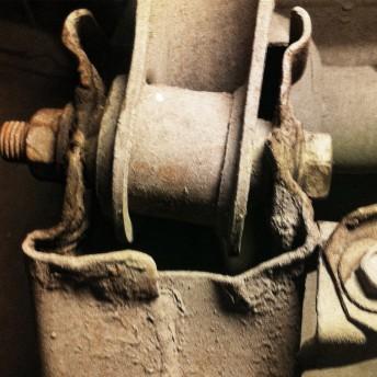 Деформация подрамника и следы сварки на заднем подрамнике со стороны удара