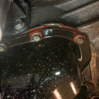 Не заводской герметик, нанесён кое-как, видны повреждения на корпусе двигателя