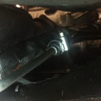 Хомут на шланге гидроусилителя руля в месте заводской опрессовки