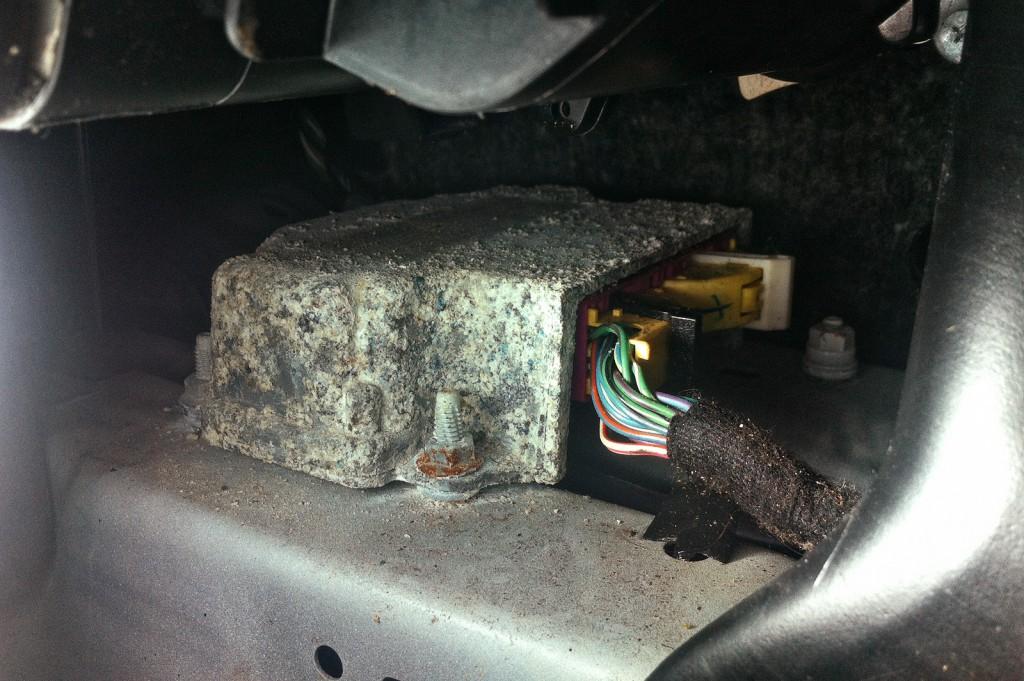 Сильное окисление блока Airbag SRS указывает на утопленника Додж Калибр