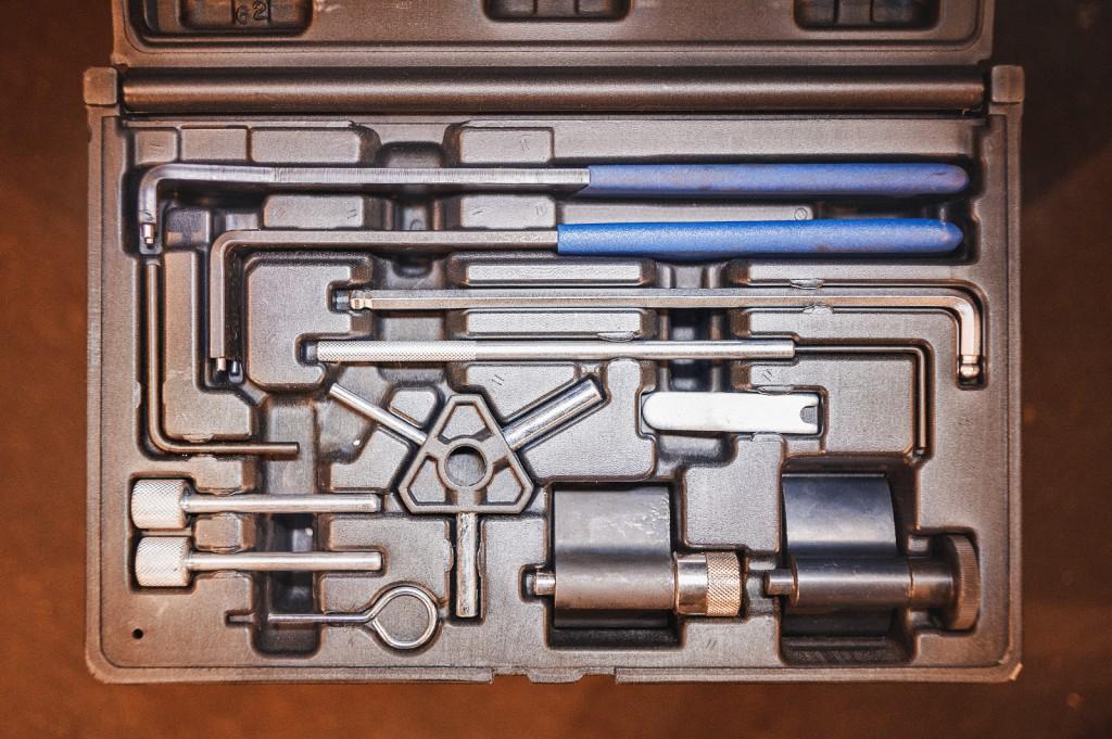 Набор ключей, фискаторов и шпилек для замены ремня ГРМ