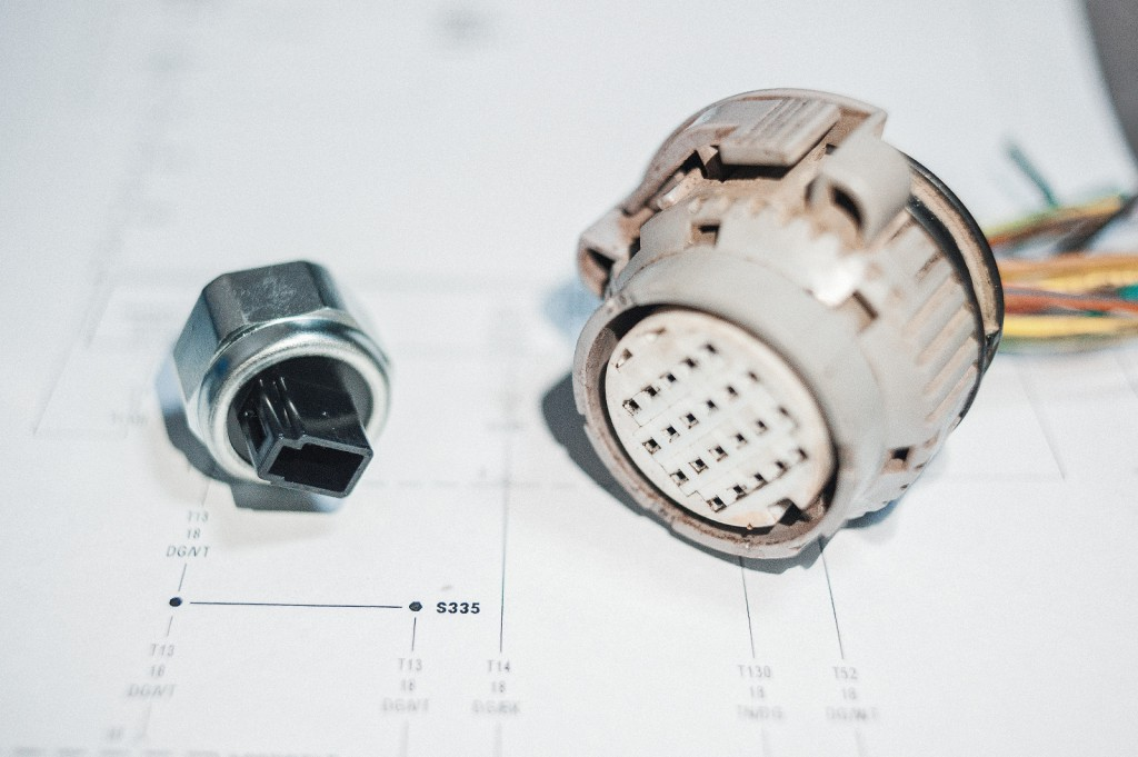 Виновники проблем: 22-pin разъём и датчик давления
