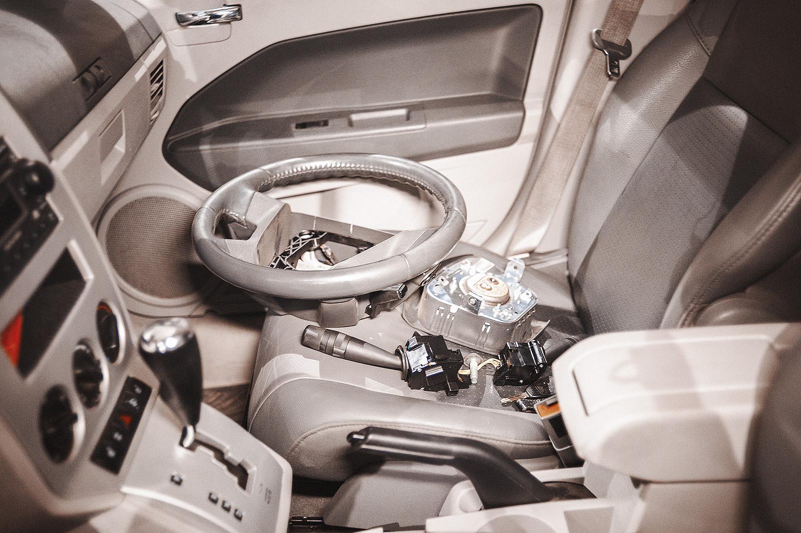 Демонтированнные рулевое колесо, подрулевые переключатели и подушка безопасности