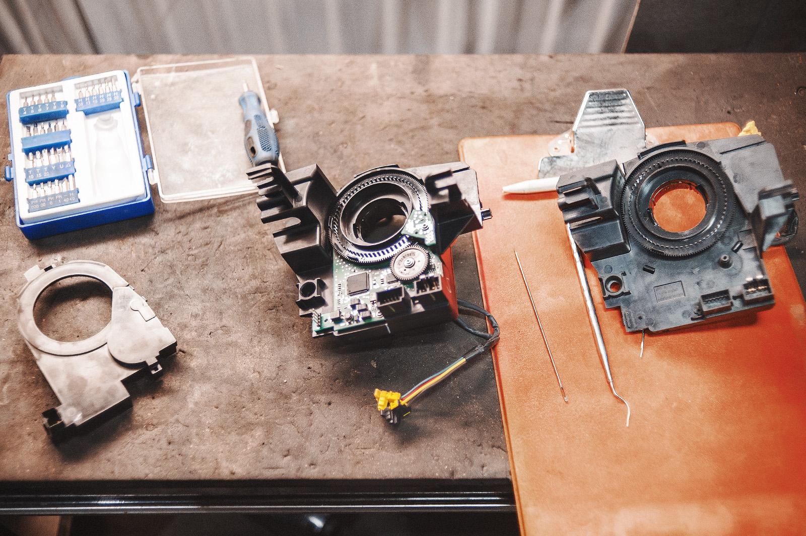 Клокспринг с датчиком угла поворота руля (слева) и без него (справа)
