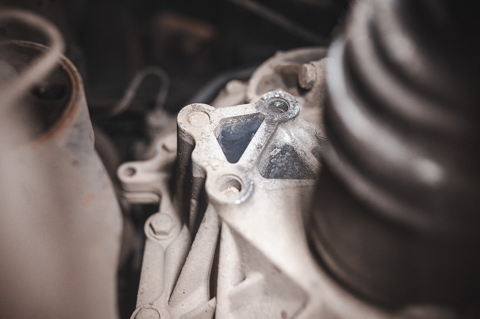 Из трёх болтов два сломаны внутри корпуса вариатора