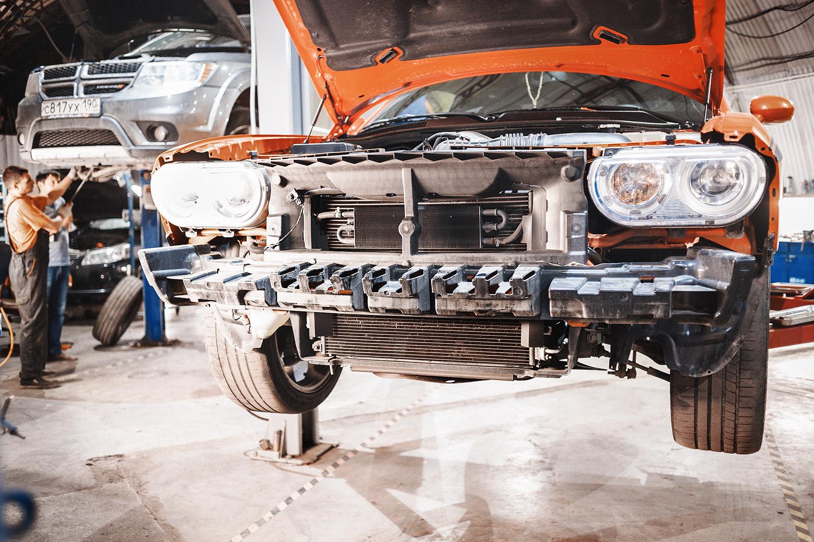Снимаем передний бампер Dodge Challenger SRT8