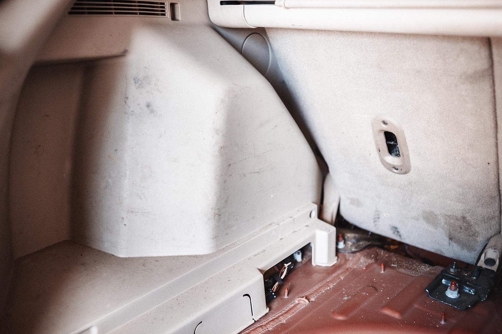 Пластик и обивка багажника осоновательно загрязнены