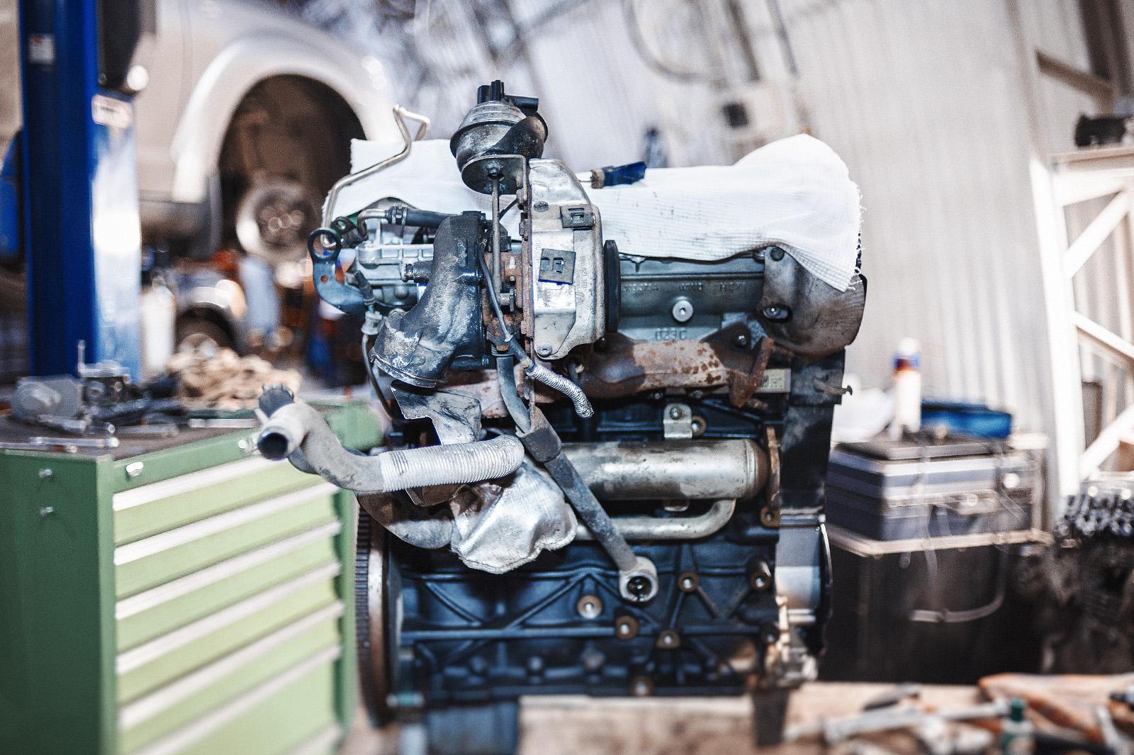 Навешиваем выпускную часть на двигатель перед установкой