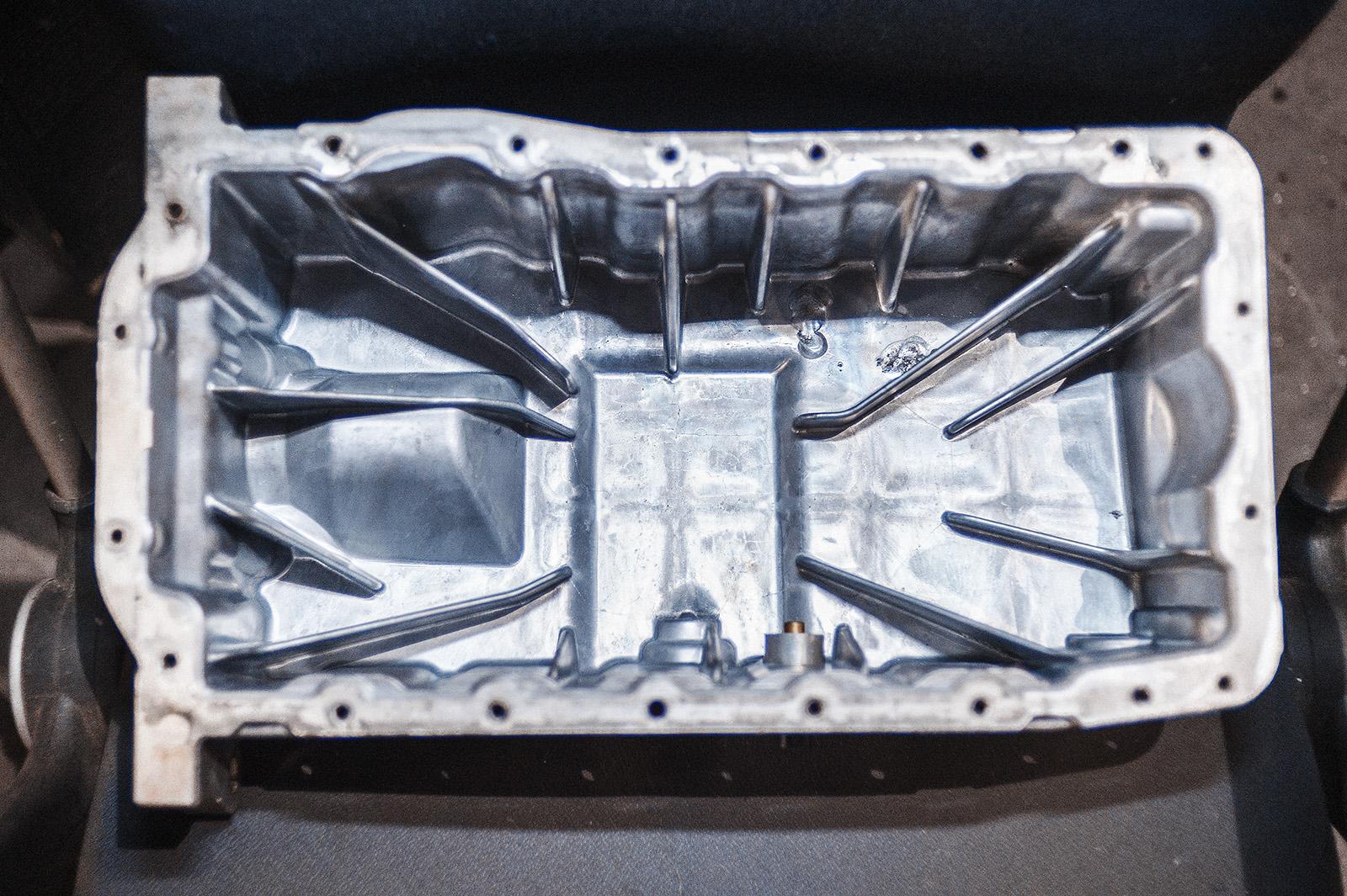 Следы аргонной сварки на дне масляного поддона двигателя