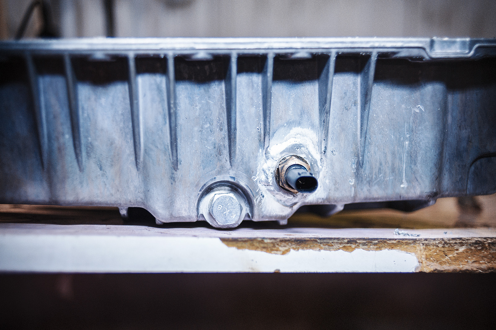 Проделываем отверстие под датчик температуры масла в двигателе