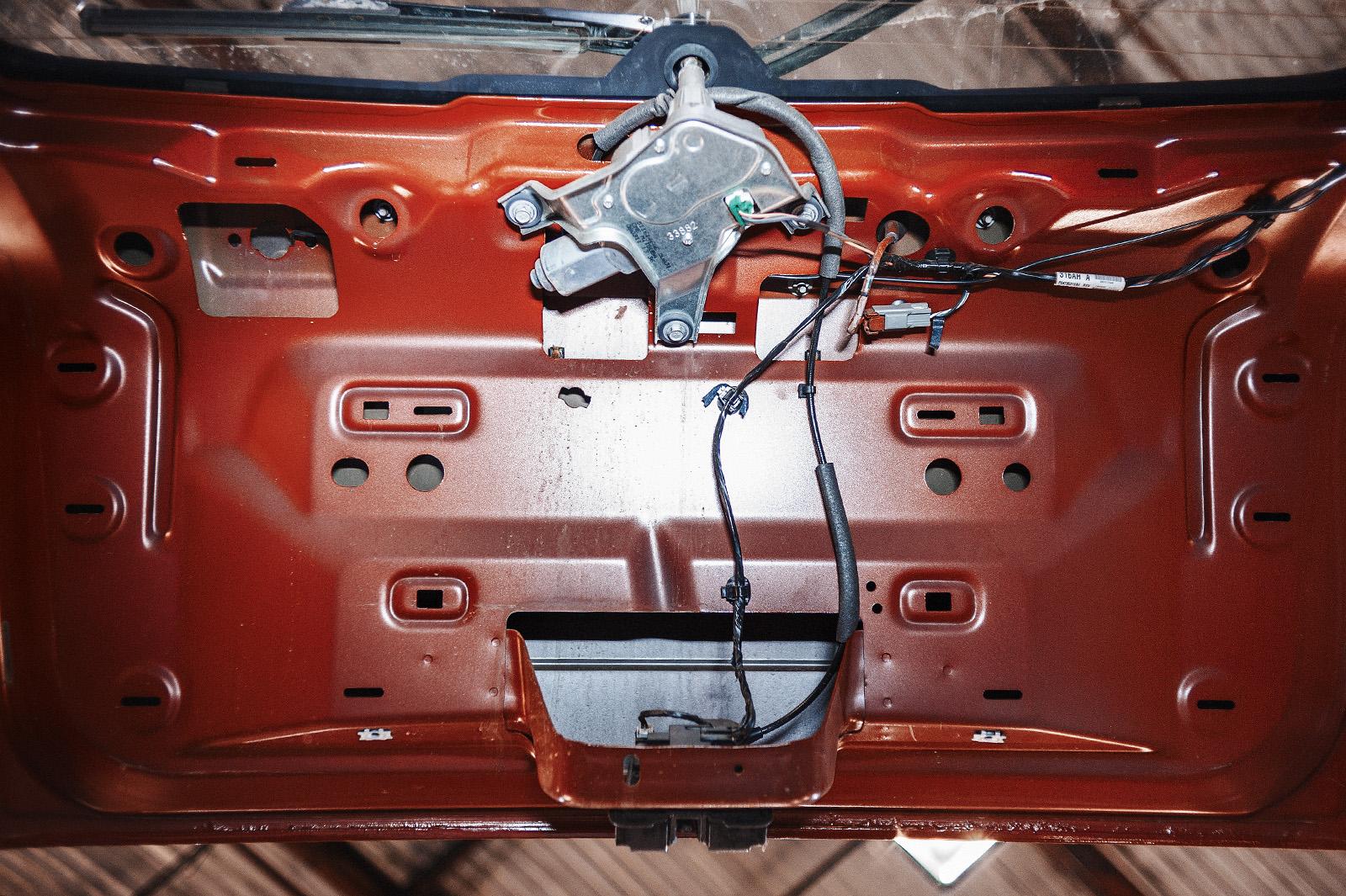 Снимаем обшивку багажника для демонтажа панели