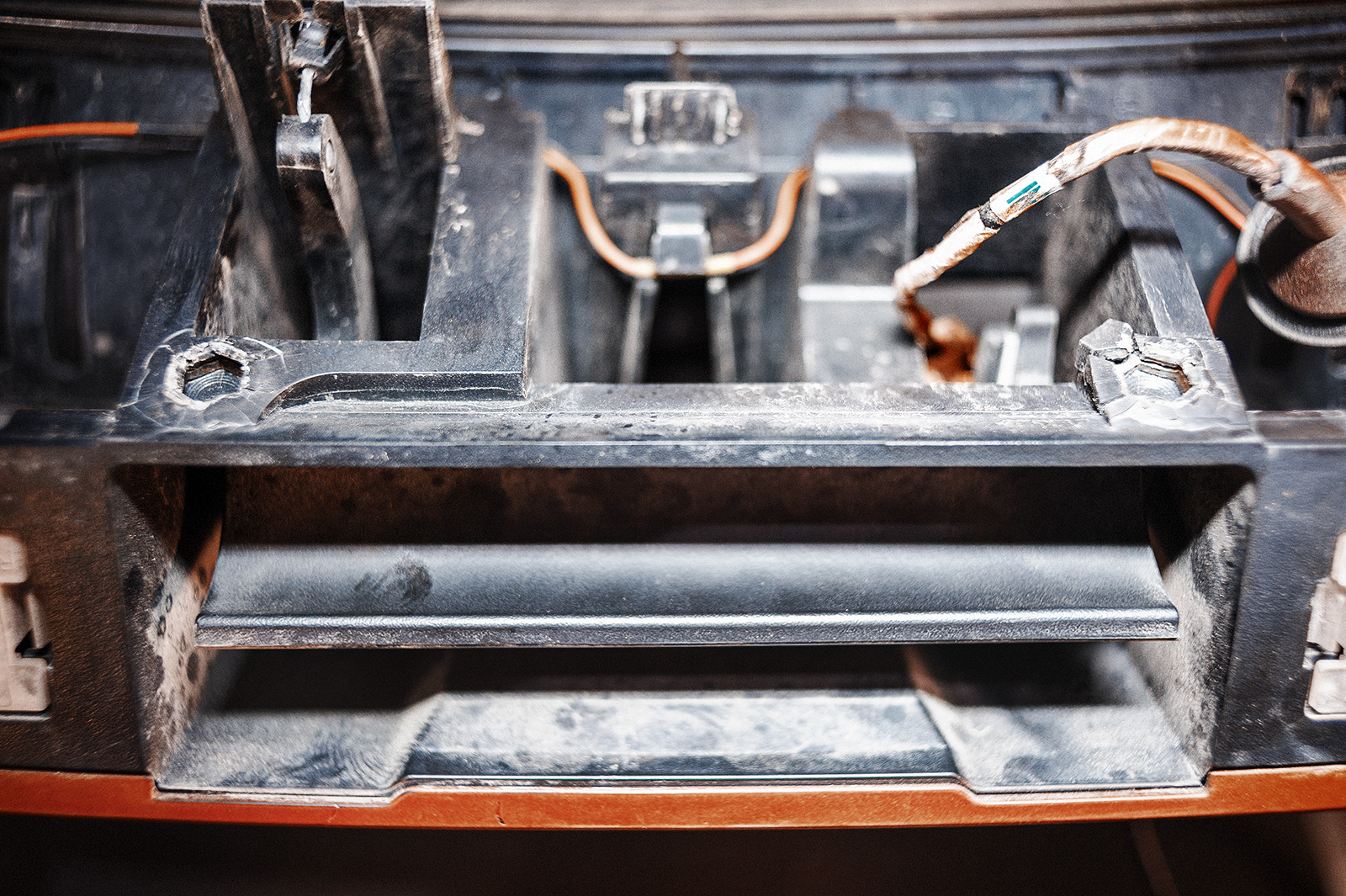 Крепёжные болты панели багажника выдираются с мясом