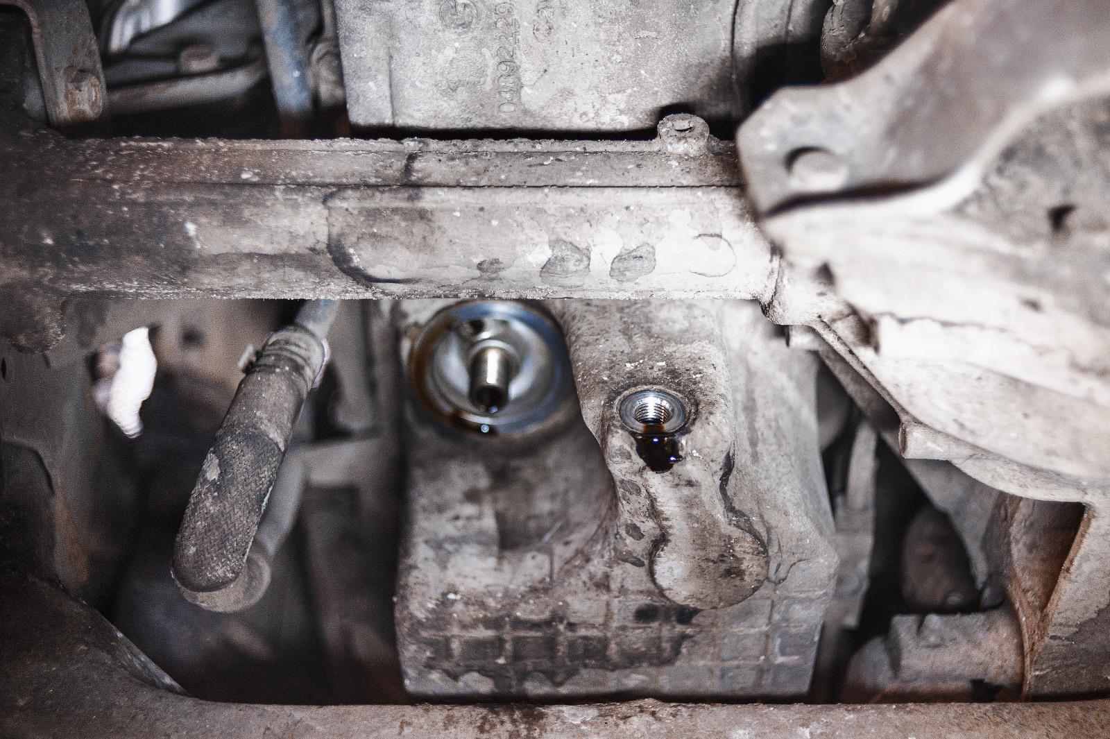 Сливаем масло и откручиваем фильтр Додж Нитро