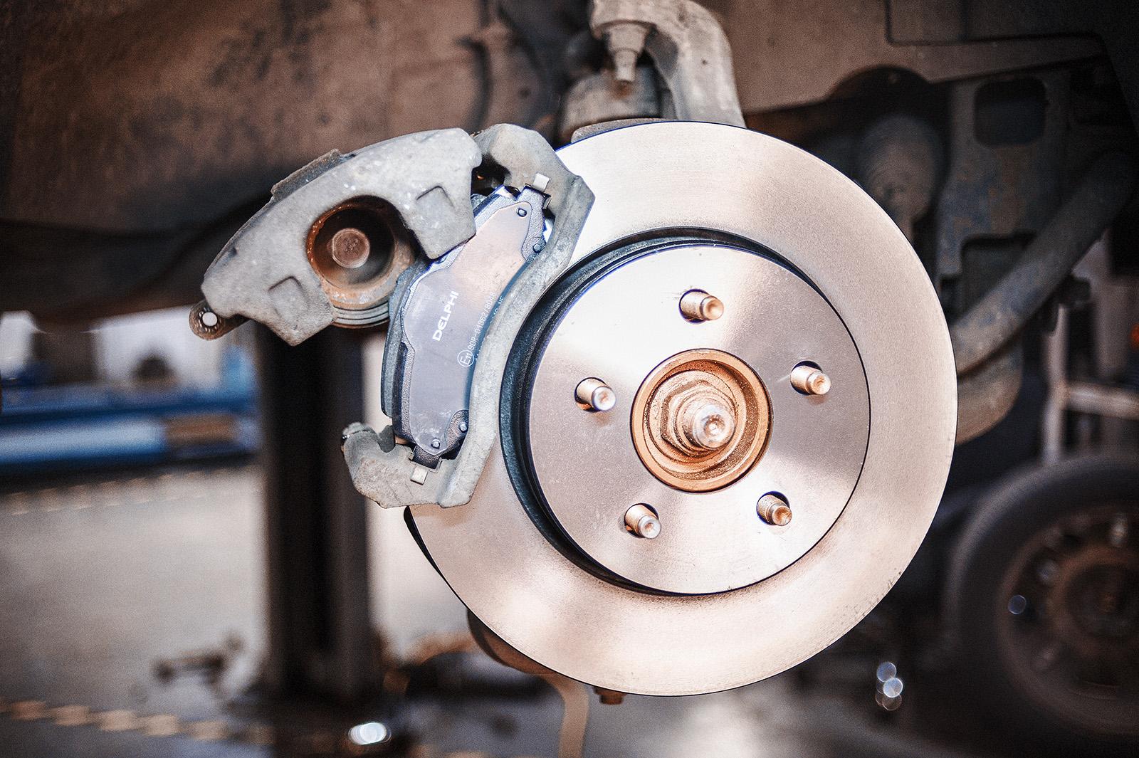 Новые тормозные диски и колодки Додж Нитро на своём месте