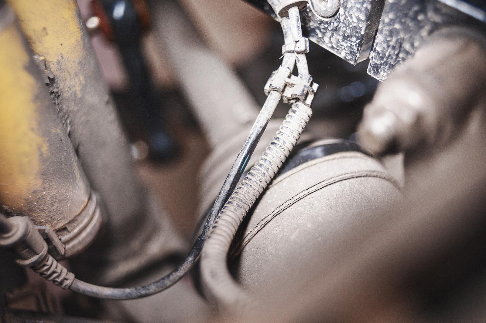 Проводка на задний амортизатор и датчик ABS трётся о пыльник ШРУСа