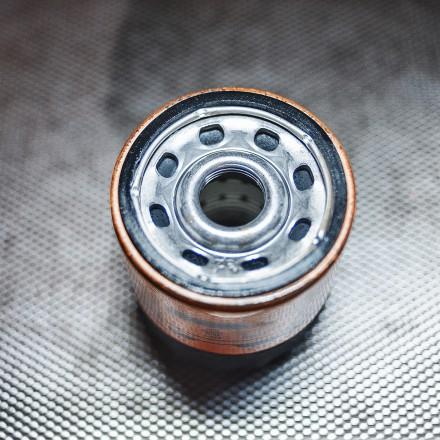 Смазываем уплотнитель фильтра маслом перед установкой
