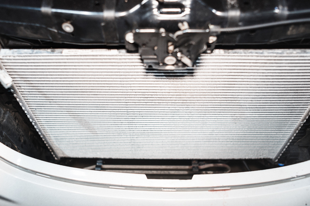 Устанавливаем радиатор охлаждения Додж Джорни