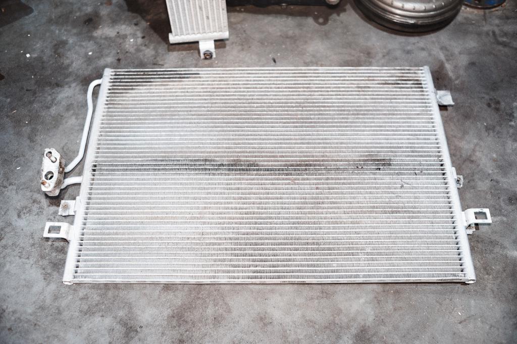 Аккуратно промываем радиатор кондиционера перед установкой