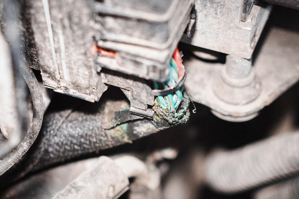 Зелень окислов на оплётке жгута проводов