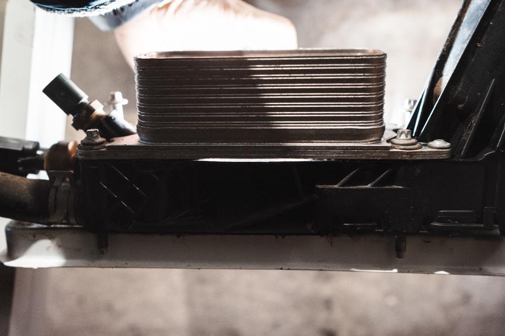 Зазор под охладителем предусморен заводом
