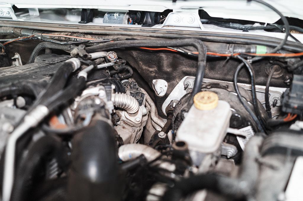 Клапан ЕГР расположен правей бачка с тормозной жидкостью
