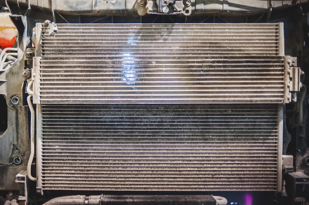 Свет свободно проходит через 3 радиатора Додж Джорни после очистки