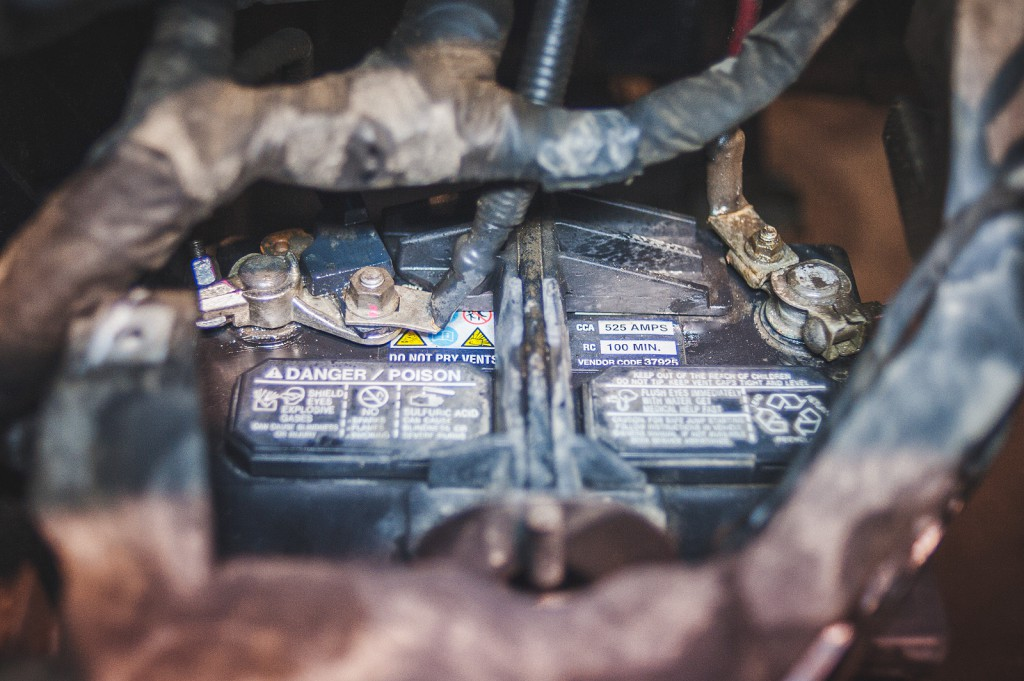 Аккумулятор Додж Джорни почищен, клеммы обработаны антикоррозийным составом