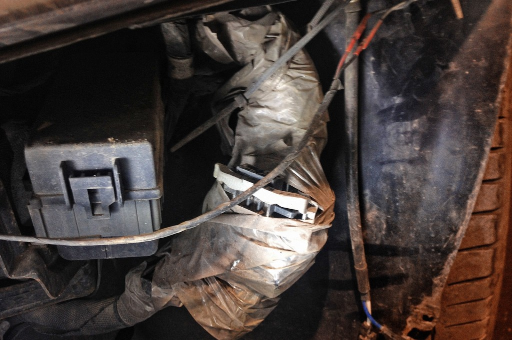 Идеальная среда для прения, проводка висит внатяжку на пластиковых хомутах