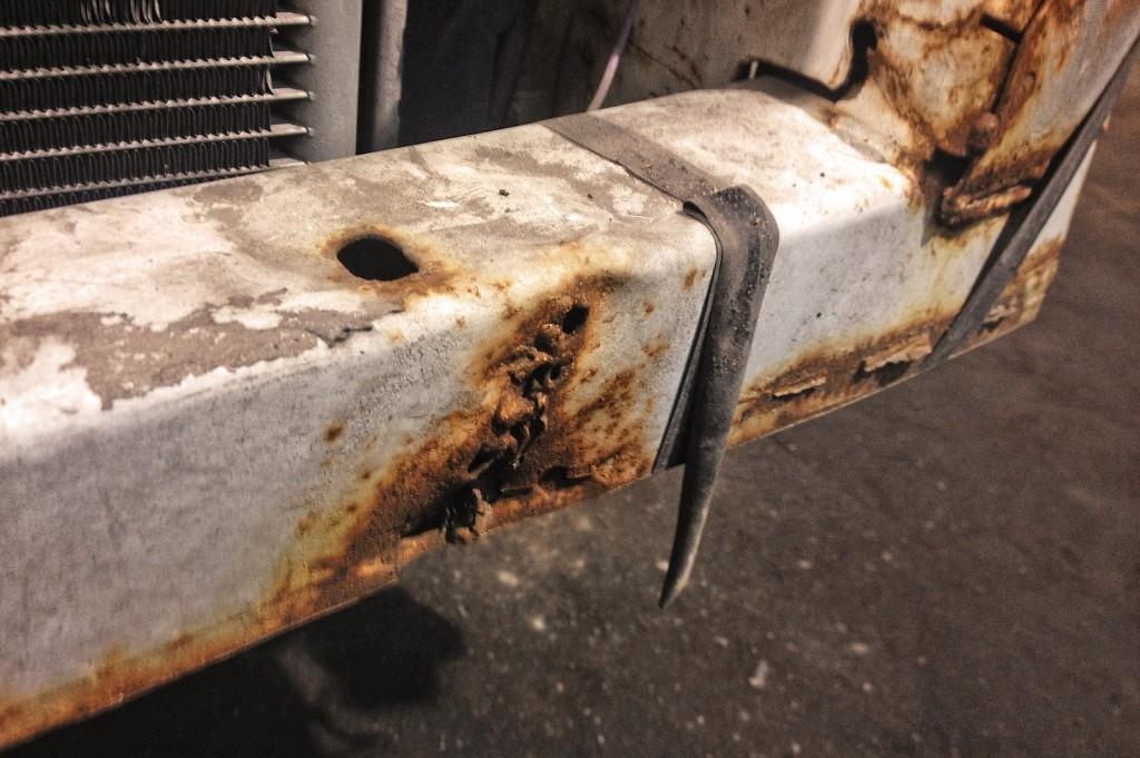 Следы ржавчины в месте ремонта переднего усилителя Додж Калибр