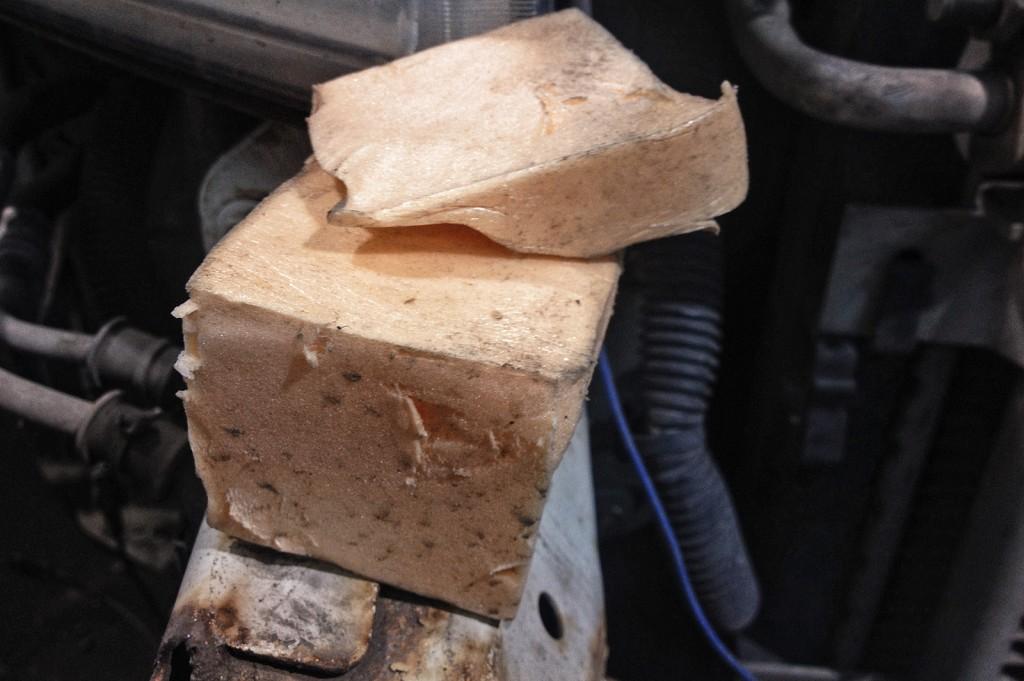 Куски пенорезины удерживают бампер и правую переднюю фару
