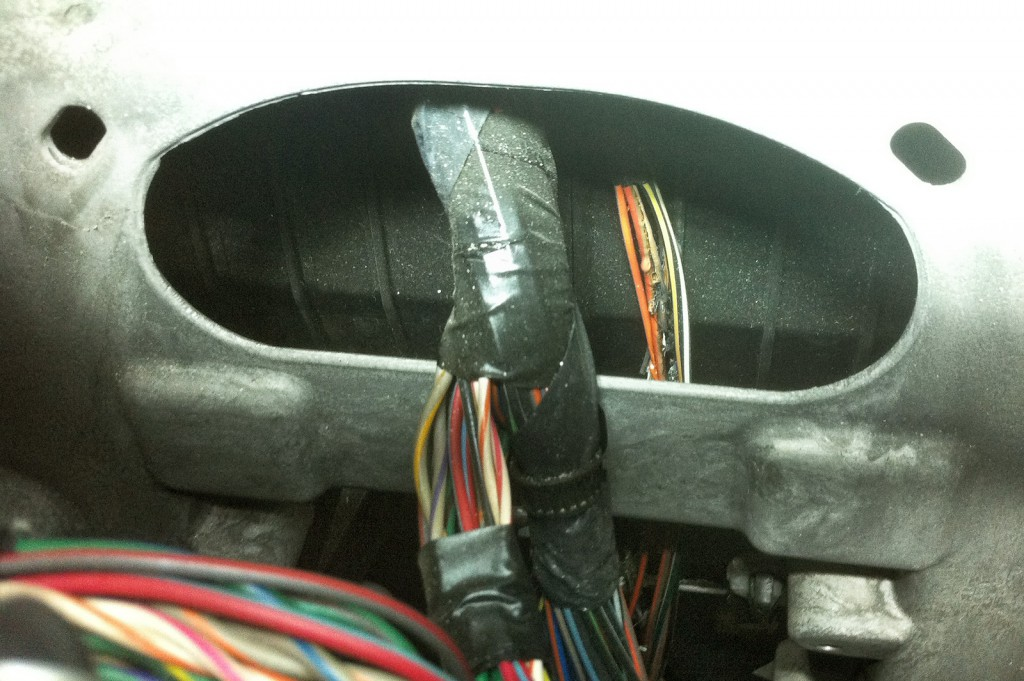 Горелые провода уходят под центральную консоль