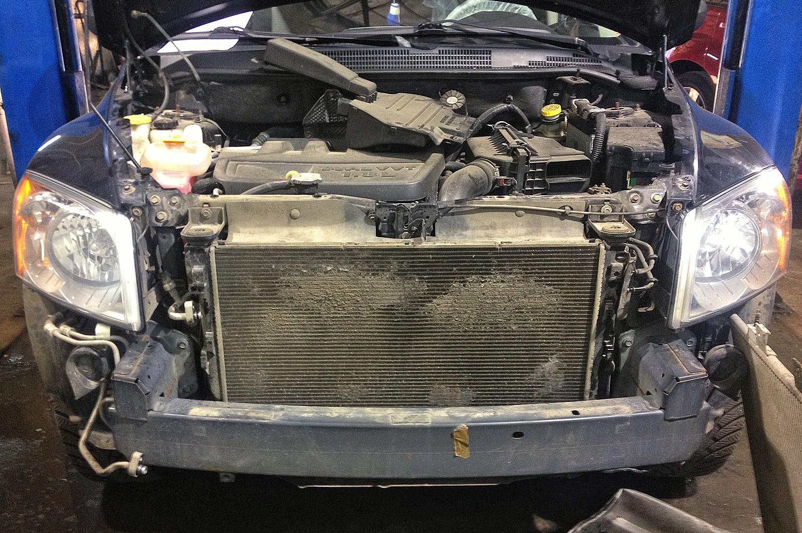 Dodge Caliber, вид спереди со снятым радиатором кондиционера