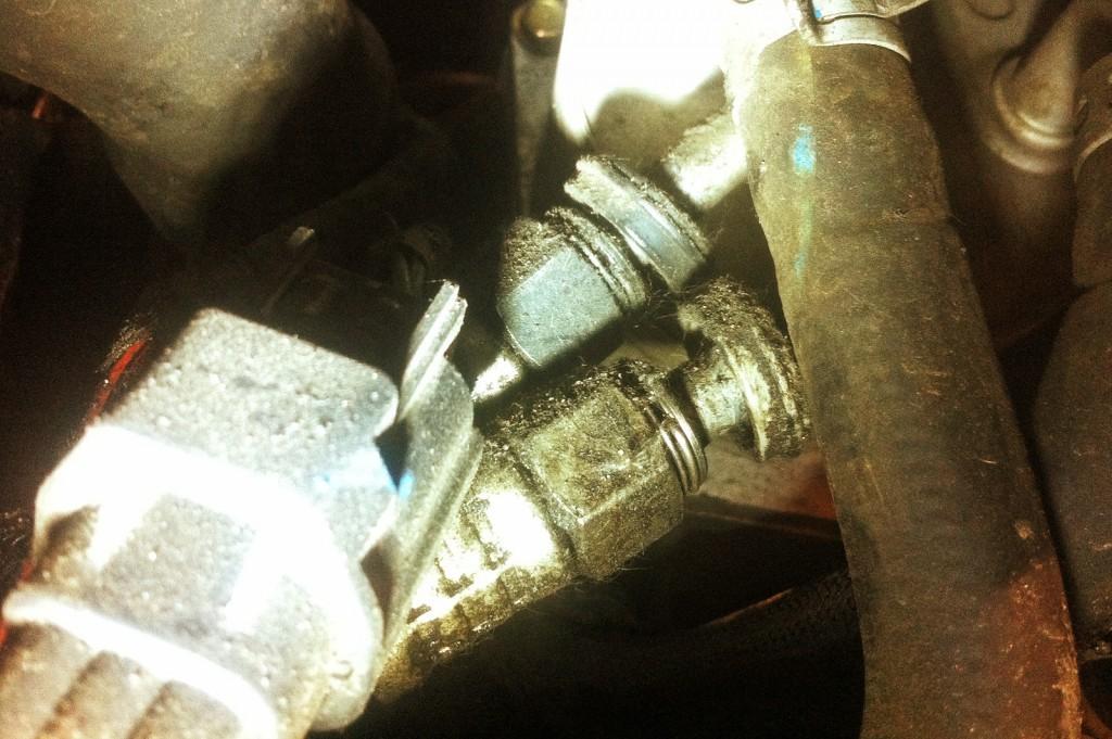 Не до конца защёлкнутые патрубки со стороны маслоохладителя Додж Калибр