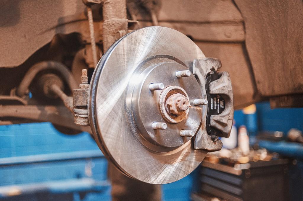 Замена тормозных колодок, дисков и направляющих Додж Калибр закончена