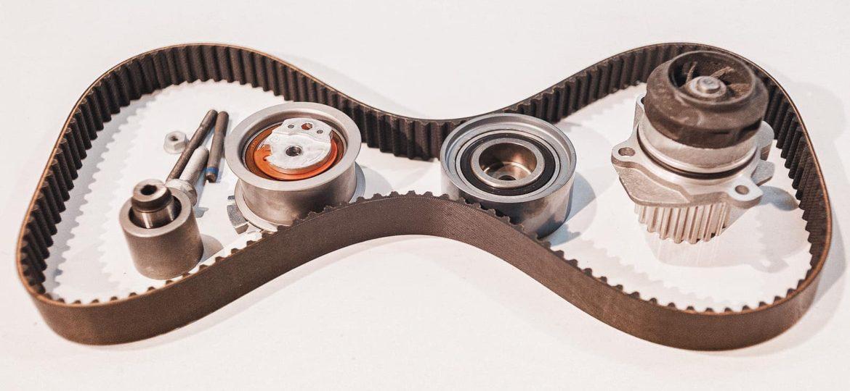 Комплект из трёх роликов, ремня ГРМ и помпы для обслуживания двигателя