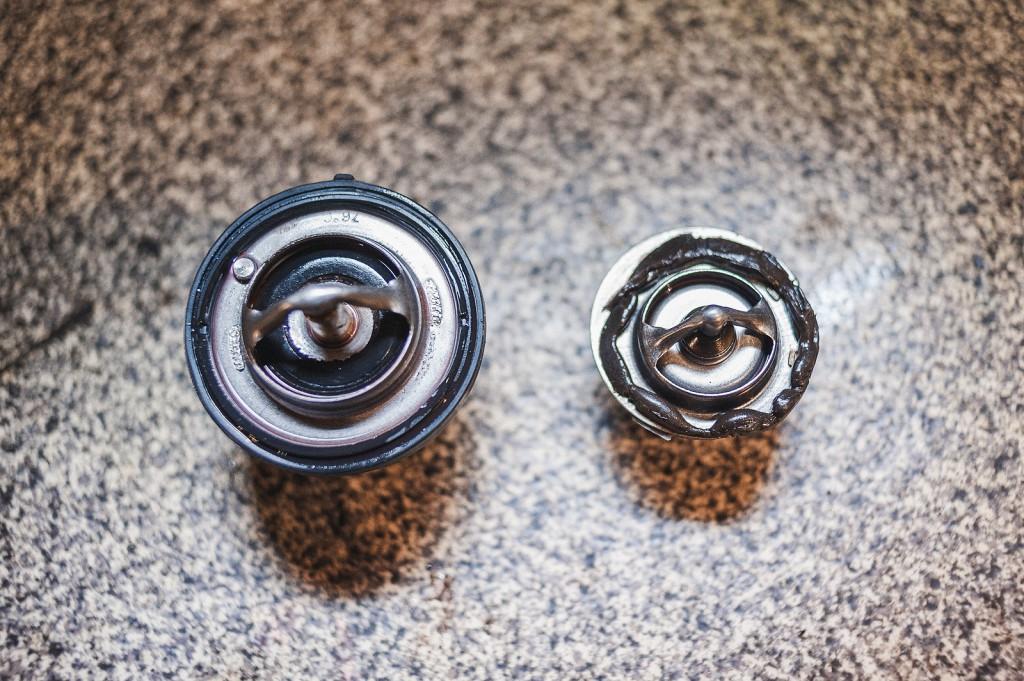 Новый термостат и старый на герметике
