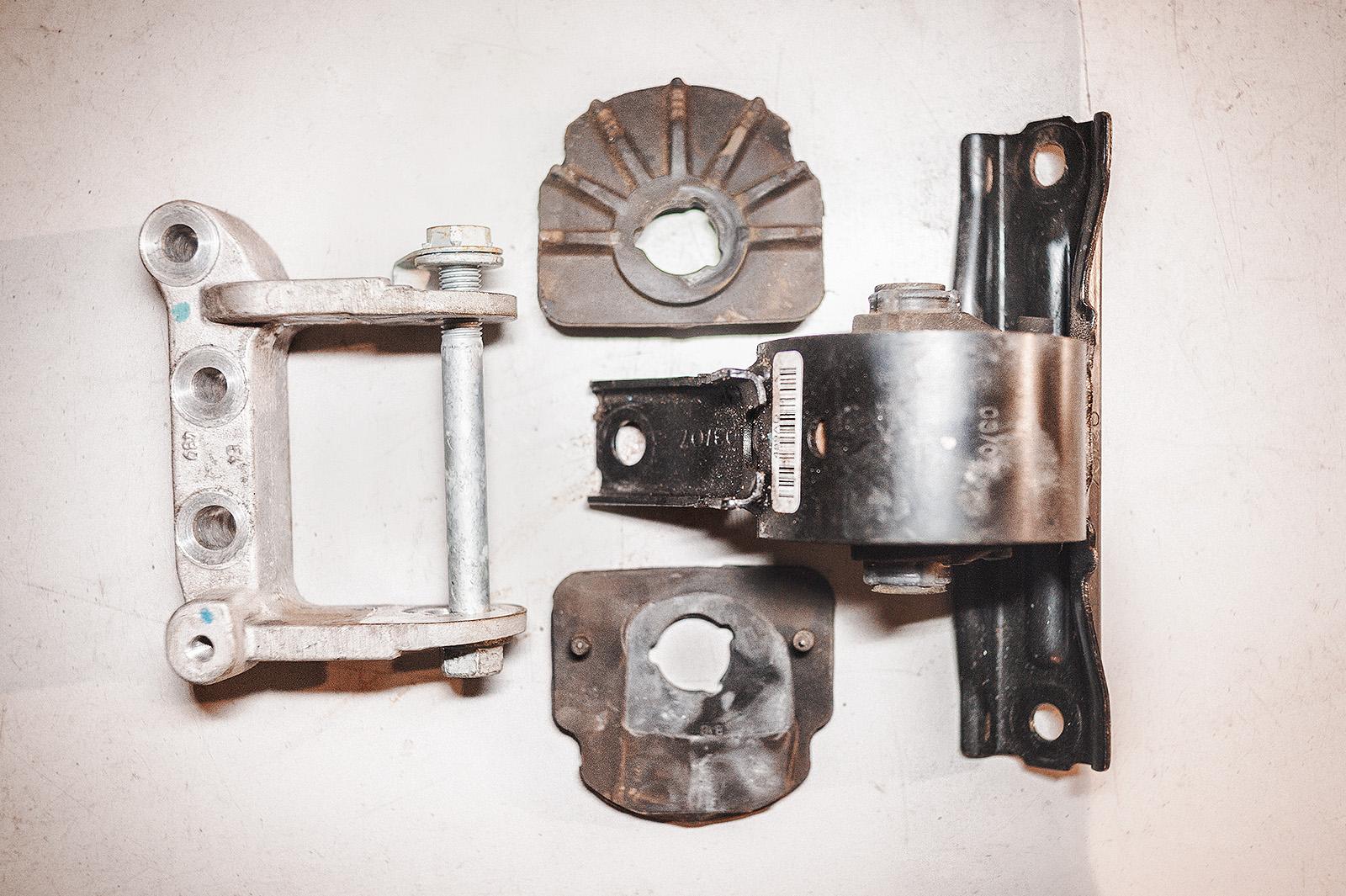 Кронштейн, боковые уплотнители и правая опора двигателя