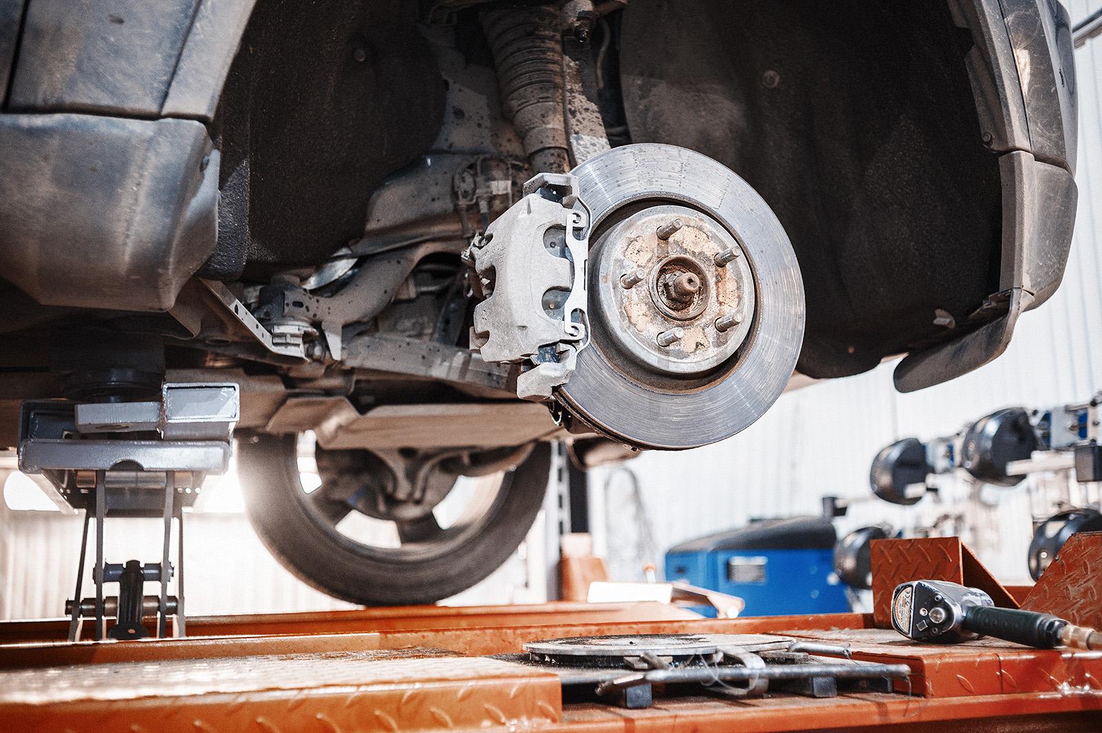 Джип Гранд Чероки со снятым передним колесом