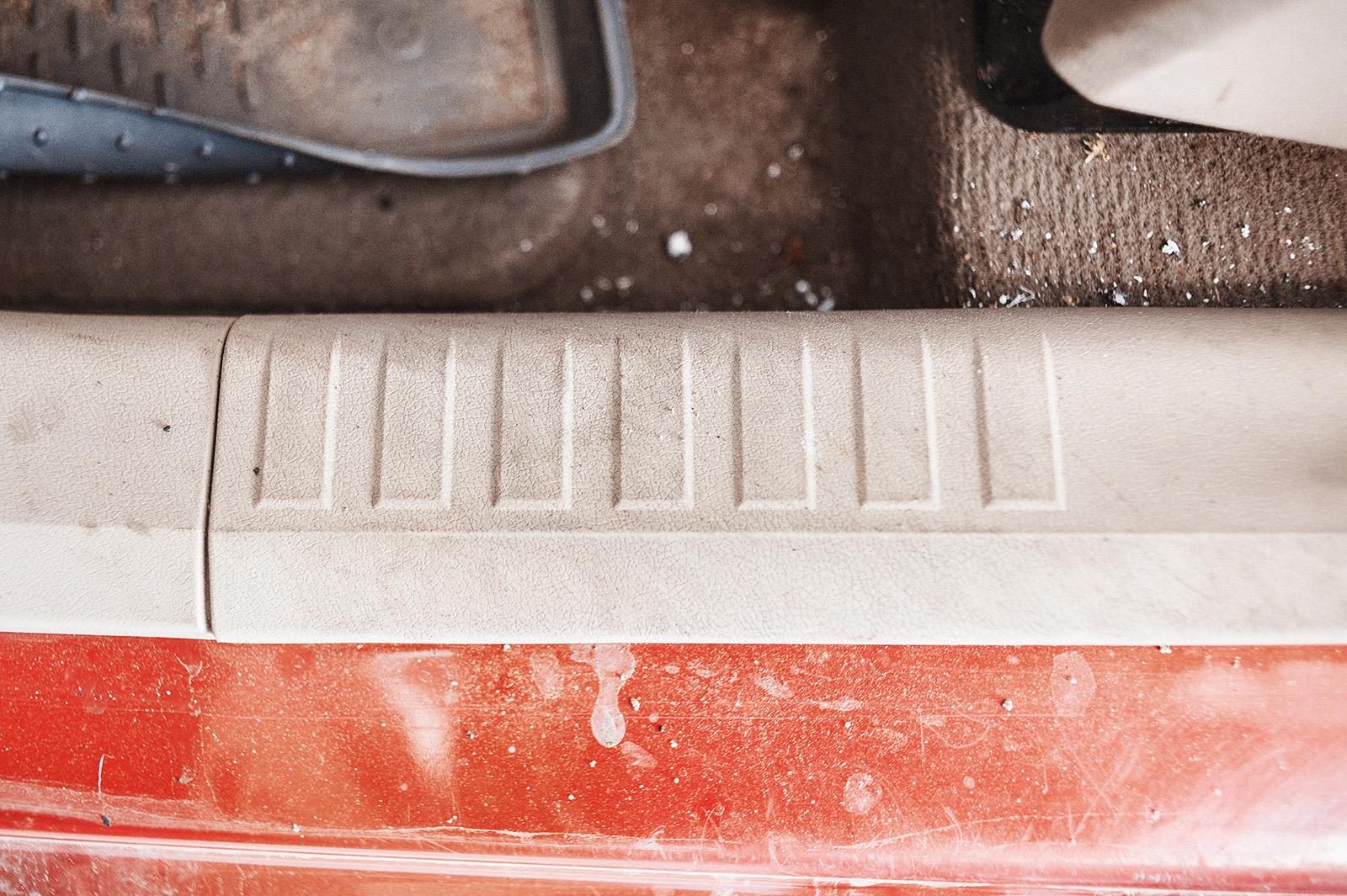 Грязь въелась в пластик порога, ковры утратили свой цвет