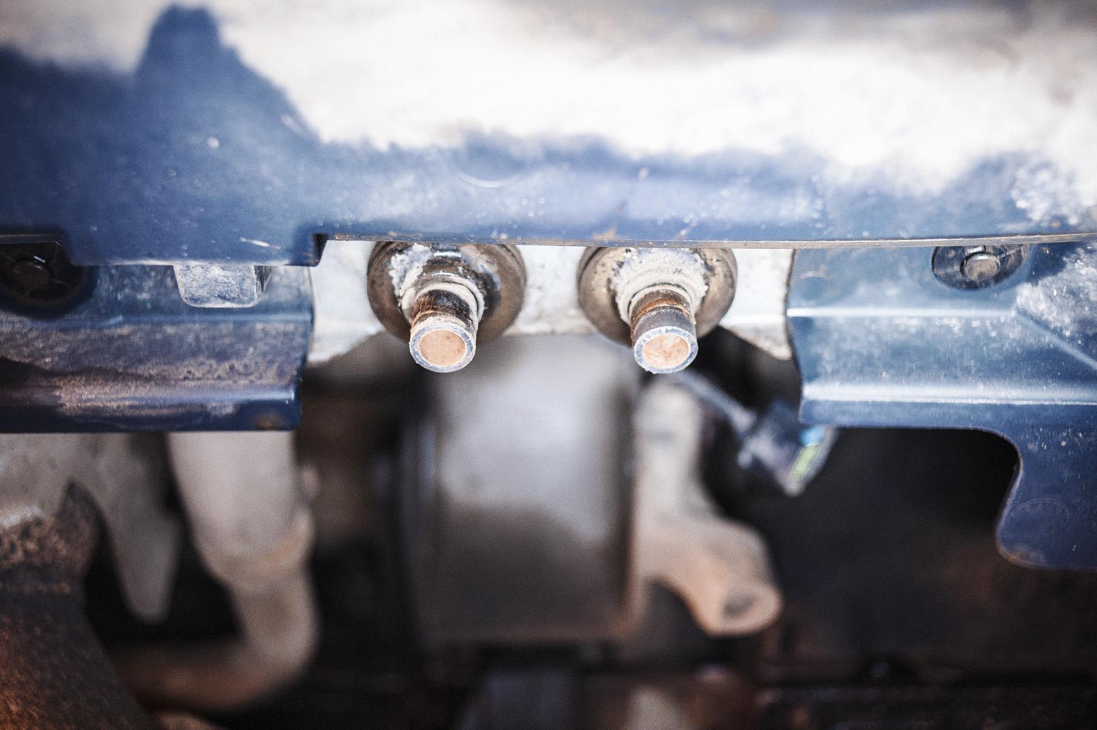 Откручиваем траверсу передней опоры двигателя Додж Джорни