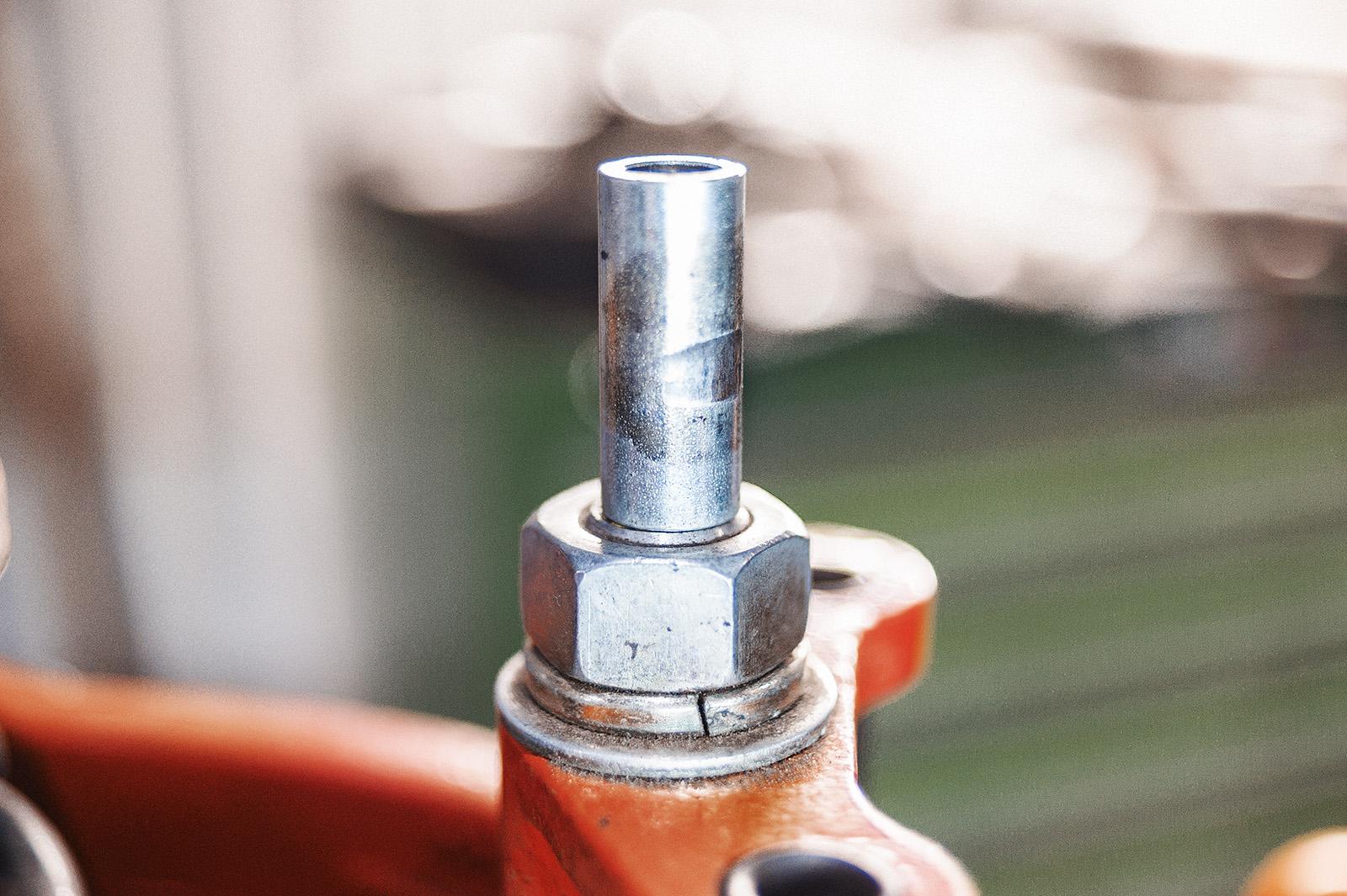 На металлической втулке видны следы ударов о верхнюю чашку амортизатора