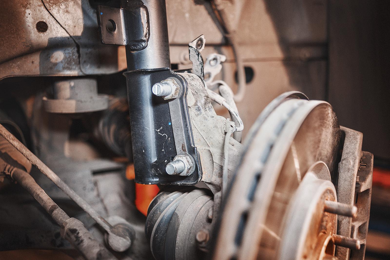Направление установки болтов по ходу движения автомобиля