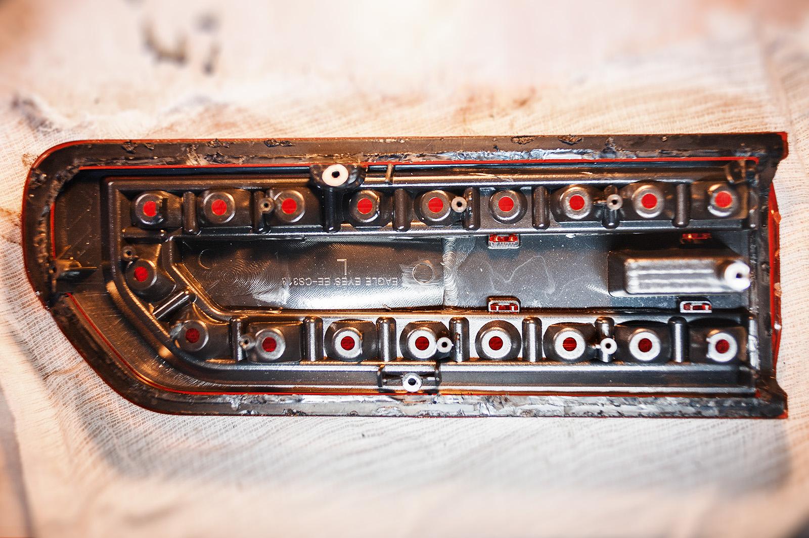 Вскрываем заднюю фару Dodge Challenger SRT8